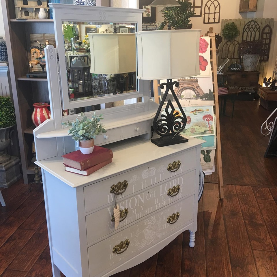 Learn how to add an Iron Orchid Designs Transfer to you painted furniture pieces. This is such an easy DIY home decor idea! #thetreasuredhome #ironorchiddesigns #iod #ironorchiddesignstransfer #diyhomedecor